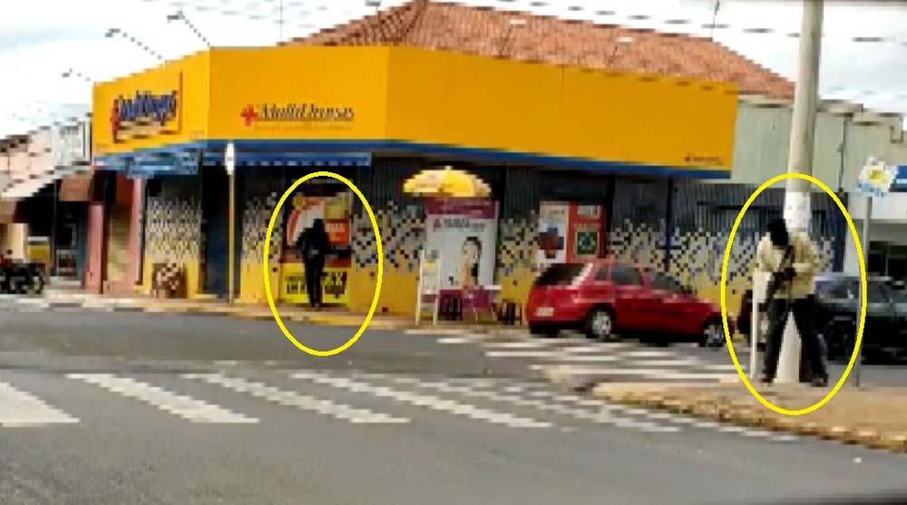 Homens armados e encapuzados fecham cruzamento no Centro de Guariba, SP, para roubar agência da Caixa — Foto: Reprodução/EPTV