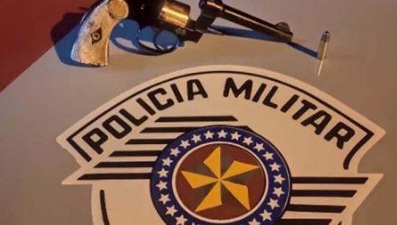 Foram apreendidos um revólver da marca Colt, calibre .32mm e uma munição intacta. Foto: DIVULGAÇÃO/PM