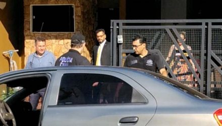 Fábio Obici (camisa azul, à esq., é conduzido pela Polícia Civil de seu escritório em frente do forum. Foto: MANOEL MESSIAS/Mil Noticias