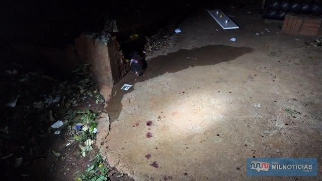 Marcas de sangue ficaram dentro do terreno e na calçada em frente, para onde a vítima caminhou até receber o devido socorro. Foto: MANOEL MESSIAS/Agência