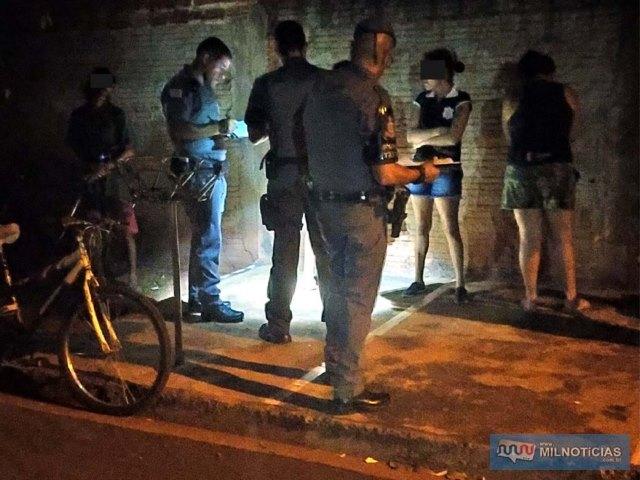 Várias pessoas foram abordadas pela Polícia Militar em busca de informações que ajudassem a esclarecer o crime. Foto: MANOEL MESSIAS/Agência
