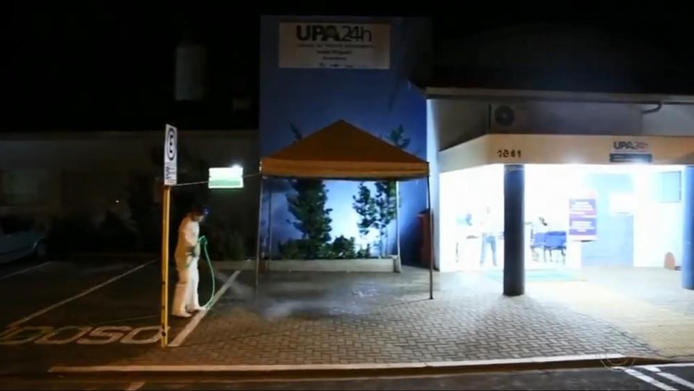 Prefeitura fez limpeza de ruas com água sanitária perto de hospitais de Andradina — Foto: TV TEM/Reprodução