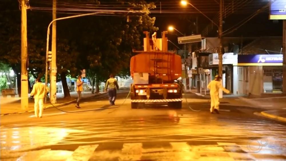 Ruas de grande movimento de Andradina vão receber limpeza com água sanitária — Foto: TV TEM/Reprodução