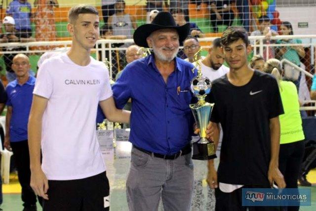 Vereador 'Joaquinzão', entrega troféu de equipe revelação do campeonato aos garotos do ATC/Juventude. Foto: MANOEL MESSIAS/Mil Noticias