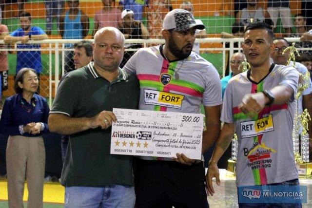 Alex Ferreira (esq.), entrega cheque ao representante do Pumas/Porto, pela 3º colocação do campeonato. Foto: MANOEL MESSIAS/Mil Noticias