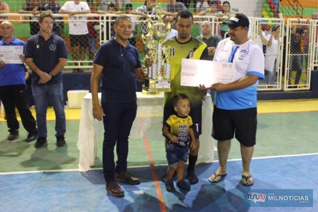 """Pilim"" (esq.), Puff e Odair (dir.), com o cheque e troféu de vice campeão. Foto: MANOEL MESSIAS/Mil Noticias"