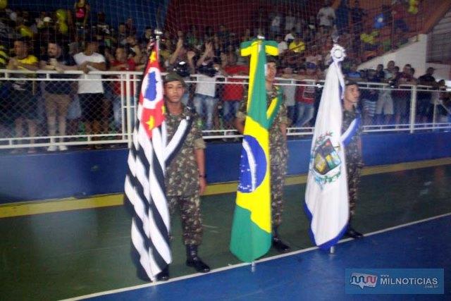 Bandeiras do Estado de São Paulo, do Brasil e de Andradina foram perfiladas na cerimônia de encerramento do evento. Foto: MIL NOTICIAS