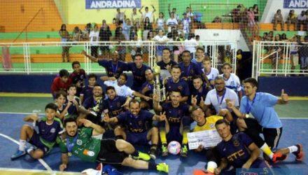 Explosão de alegria da equipe do GRUB/ATC/Elzinha e o Garfo, na entrega do troféu de campeão e do  Futsal de Férias 2020. MANOEL MESSIAS/Mil Noticias