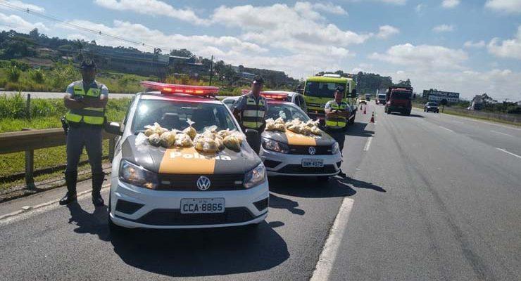 Polícia encontra 15 quilos de maconha dentro de carro abandonado na Rodovia Ayrton Senna, em Itaquaquecetuba — Foto: Polícia Militar Rodoviária/Divulgação.