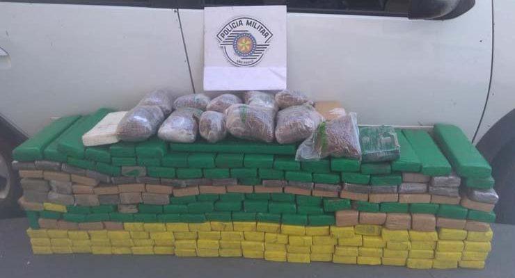 No carro que ele dirigia, a polícia encontrou maconha, cocaína e skank — Foto: Polícia Rodoviária Estadual/Divulgação.