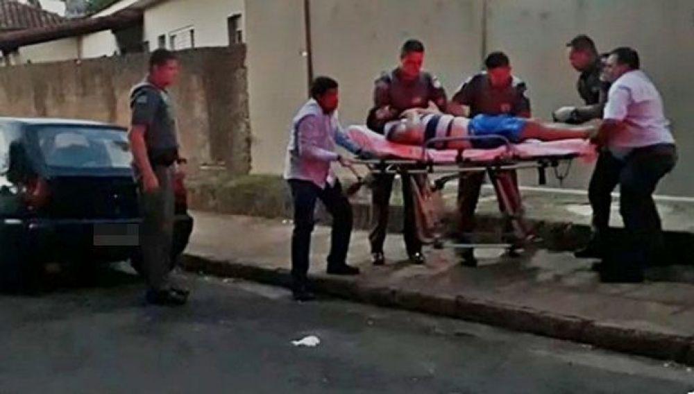 O mecânico de automóveis foi socorrido e levado para o hospital de Guararapes após ser baleado (Foto: Guararapes Sorriso/Colaboração)