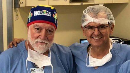 Neurocirurgião James Goodrich (à esquerda) ao lado do coordenador da cirugia das gêmeas, Benício Oton — Foto: Benício Oton/Arquivo Pessoal.