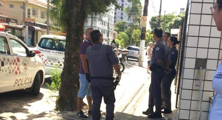 Policia Militar foi acionada após mulher cair da janela tentando fugir de casa durante isolamento em Santos (SP) — Foto: G1 Santos.