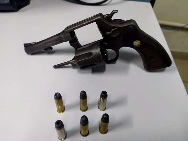 Foi apreendido um revólver Taurus, calibre 38, com seis munições. Foto: DIVULGAÇÃO/PM