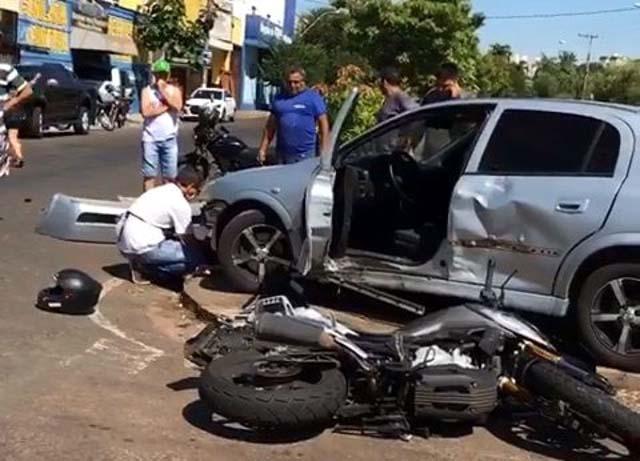 Motociclista atingiu a lateral do Astra que cruzava a avenida João Arruda Brasil e foi parar sobre o canteiro central (Foto: Divulgação)