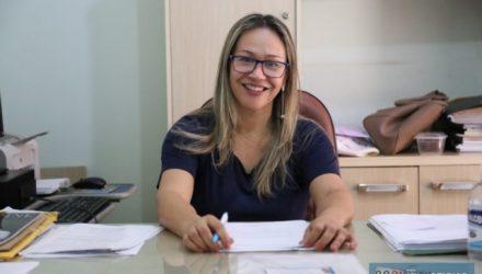Secretária de Educação Lucilene Novaes anuncia abertura de cadastramento dos alunos para entrega do kit de merenda escolar. Foto: Secom/Prefeitura