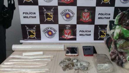 Drogas apreendidas pela polícia estava escondida em costura de cobertor — Foto: Divulgação.