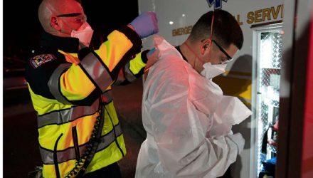 Paramédicos do departamento de bombeiros do condado de Anne Arundel County vestem equipamento de proteção para atender chamado relacionado a um possível paciente com Covid-19, em Glen Burnie, Maryland — Foto: Alex Edelman/AFP.