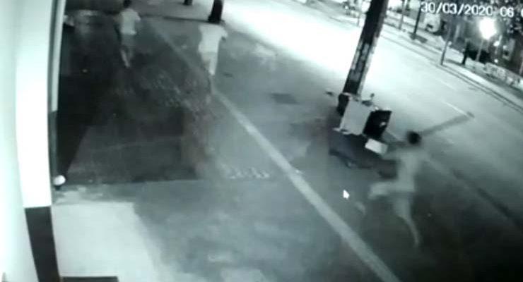 Morador de rua é morto após briga por cantoria, em Goiânia — Foto: Reprodução/TV Anhanguera.
