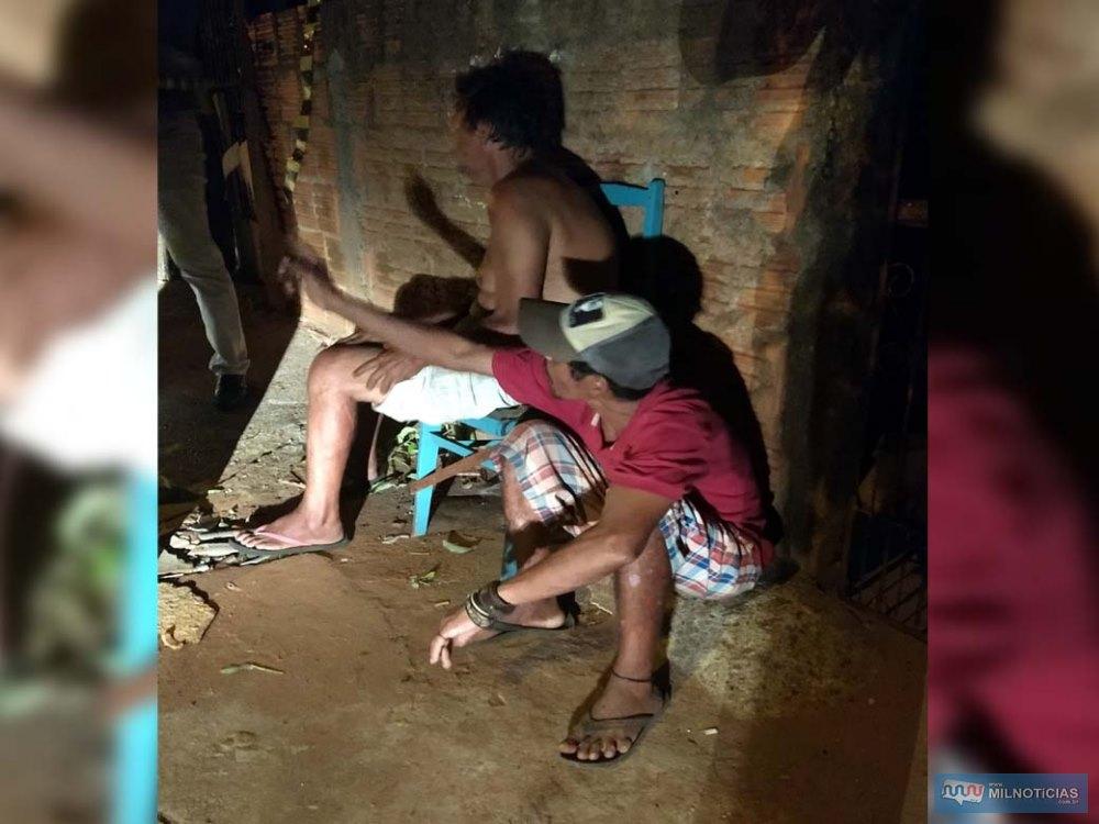 Nelson José de Oliveira, 55 anos (sem camisa), morador da residência e Marquinho (agachado), estavam em frente da casa na hora dos fatos, mas não se feriram  Foto: MANOEL MESSIAS/Agência,