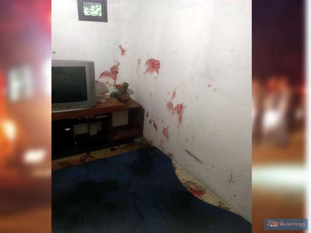Casa ficou com manchas de sangue e luta em vários cômodos. Foto: Whats APP/Internauta