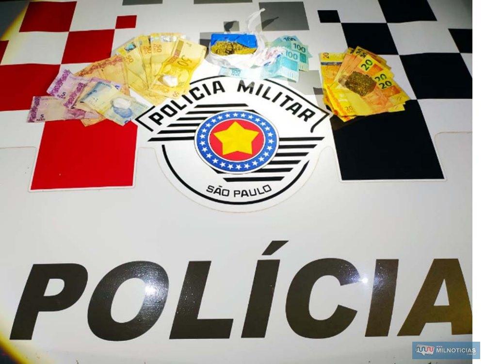 Foram apreendidos com  118 gramas de maconha, 10 gramas de cocaína, além de R$ 897,00 em dinheiro. Foto: MANOEL MESSIAS/Agência