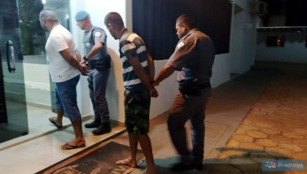 Morador de Castilho (camiseta listrada) era o motorista do Gol e tinha ciência de que o comparsa fora comprar droga. Foto: MANOEL MESSIAS/Agência