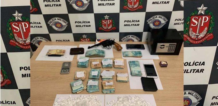 Foram apreendidos 251g de cocaína, um revolver calibre .38, e mais de R$ 44 mil em dinheiro . Foto: DIVULGAÇÃO/PM