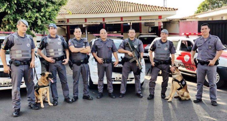 Equipes de Mirandópolis e do Canil da PM de Araçatuba envolvidos na prisão do acusado. Foto: DIVULGAÇÃO/PM