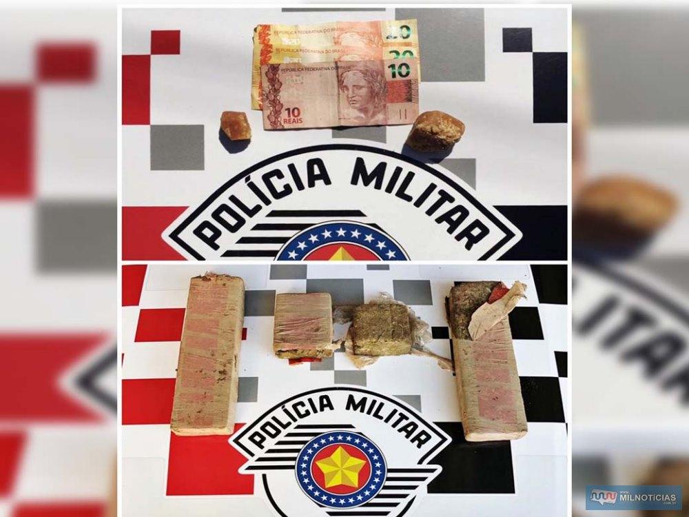 Foram apreendidos mais de 2 kg de maconha, dois celulares e certa quantia em dinheiro. Foto: DIVULGAÇÃO/PM