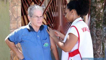 Vacinação continua de casa a casa pelas equipes de Estratégia de Saúde da Família. Foto: Secom/Prefeitura