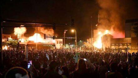 Manifestantes incendiaram uma delegacia em Minneapolis durante protesto contra a morte de George Floyd em abordagem policial. REUTERS / Nicholas Pfos
