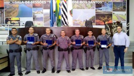 Os agraciados foram: Subtenente PM de Souza (Comandante do Policiamento em Castilho), Cb PM Gregolin, Cb PM Praxedes, Cb PM Suf,  Sd PM Alencar, Sd PM Edvander, Sd PM Carlos e Sd PM Vítor Hugo. Foto: Divulgação