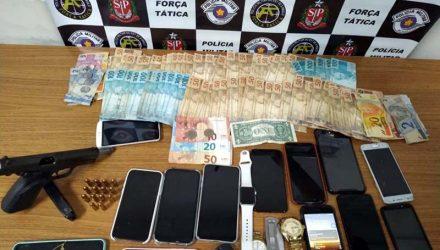 Dinheiro, celulares e outros objetos roubados das vítimas foram recuperados. Fotos: Divulgação/PM