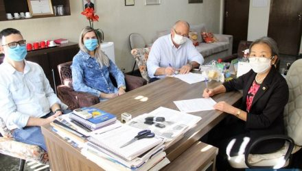Tamiko durante a assinatura de contrato com a empresa andradinense Toka. Foto: Secom/Prefeitura