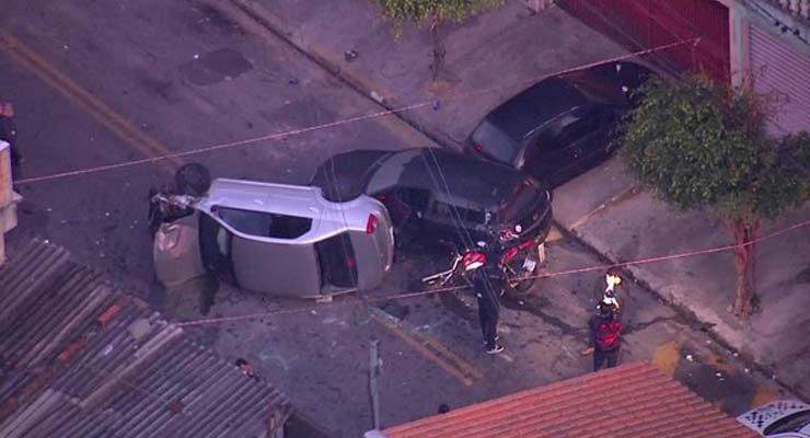 Motorista de aplicativo joga carro em cima de ladrões durante tentativa de assalto na Zona Leste de SP — Foto: Reprodução/TV Globo.