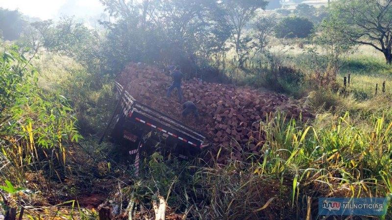 Caminhão caiu em uma ribanceira de mais de 3 metros. Foto: MANOEL MESSIAS/Agência