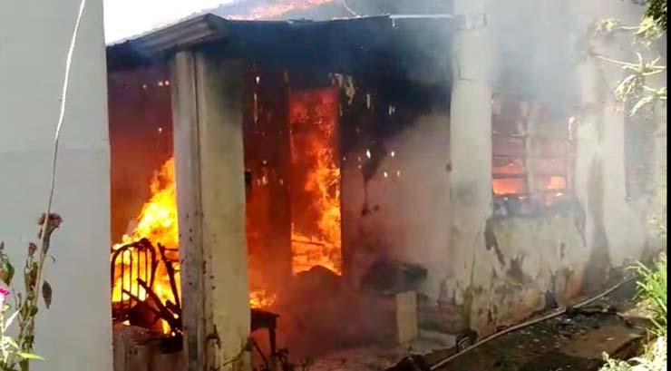 Incêndio que começou na sala se alastrou e acabou destruindo todo o imóvel em Lins — Foto: J. Serafim/Divulgação.