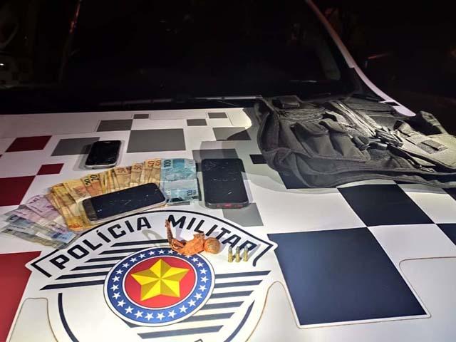 Foram apreendidos maconha, três munições calibre ,22mm e dinheiro. Foto: DIVULGAÇÃO/PM