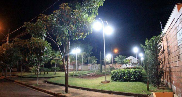 Iluminação ornamental noturna de Praça feita pelo Governo de Andradina. Foto: Secom/Prefeitura