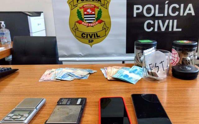 Foram localizados supermaconha, LSD, MD, e dinheiro. Foto: Polícia Civil