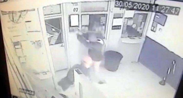 Assaltantes usam marreta para quebrar porta de lotérica em Birigui — Foto: Reprodução