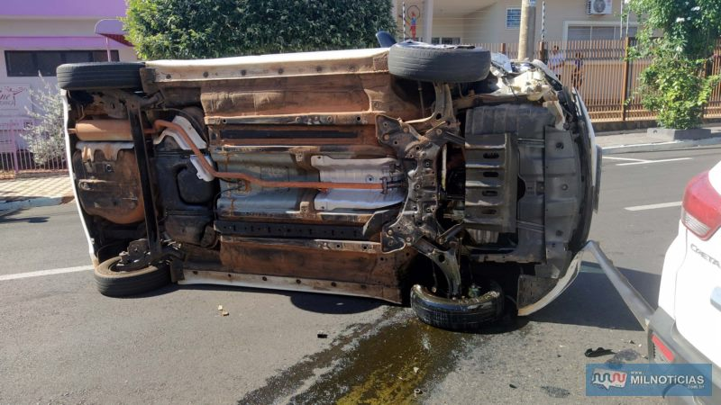Hyundai HB20 teve arrancados o parachoque e o braço de tração da roda, ambos do lado direito, dianteiro. Foto: MANOEL MESSIAS/Agência