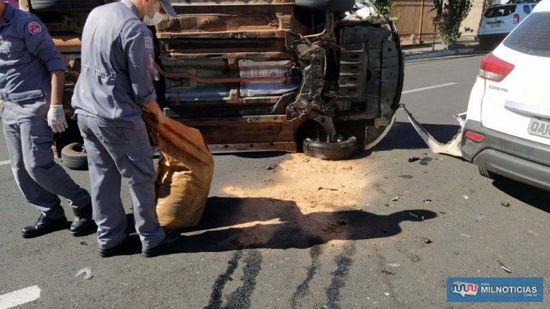 Bombeiros providenciaram serragem para conter o vazamento de óleo do braço de tração arrancado no acidente. Foto: MANOEL MESSIAS/Agência