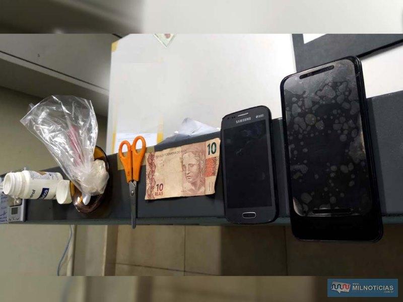 Foram apreendidos porções de maconha, cocaína/crack, e R$ 10,00. Foto: MANOEL MESSIAS/Agência