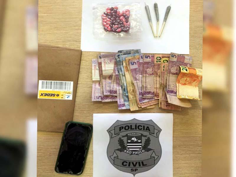 Foram apreendidos 50 comprimidos da droga sintética Ecstasy, além de 3 porções de maconha. Foto: Polícia Civil/Divulgação