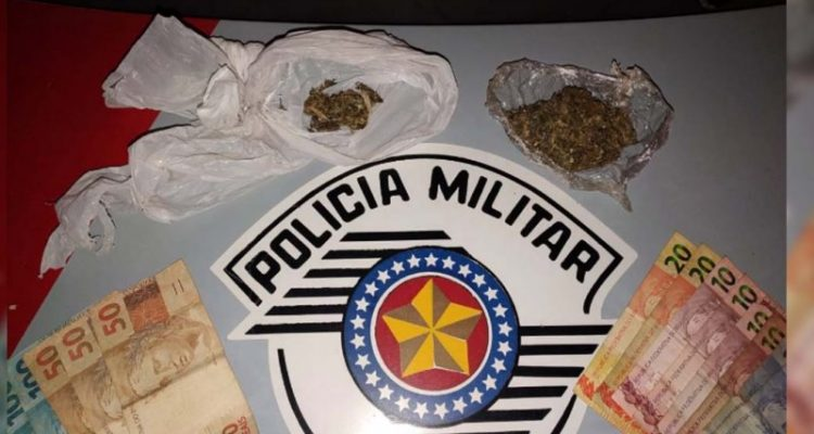 Foram apreendidos com o acusado 62 gramas de maconha, além de R$ 434,00 em dinheiro. Foto: DIVULGAÇÃO/PM