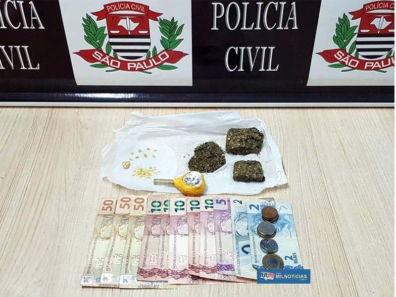 9 pedras e uma porção a granel de crack, dois tabletes e uma porção a granel de maconha, além de dinheiro em notas trocadas. Foto: Polícia Civil/Divulgação