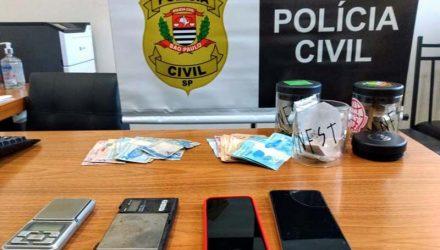 Foram apreendidos maconha, Skank, haxixe, LSD, MD (conhecido por cristal), dinheiro, balança de precisão. Foto: Polícia Civil/Divulgação