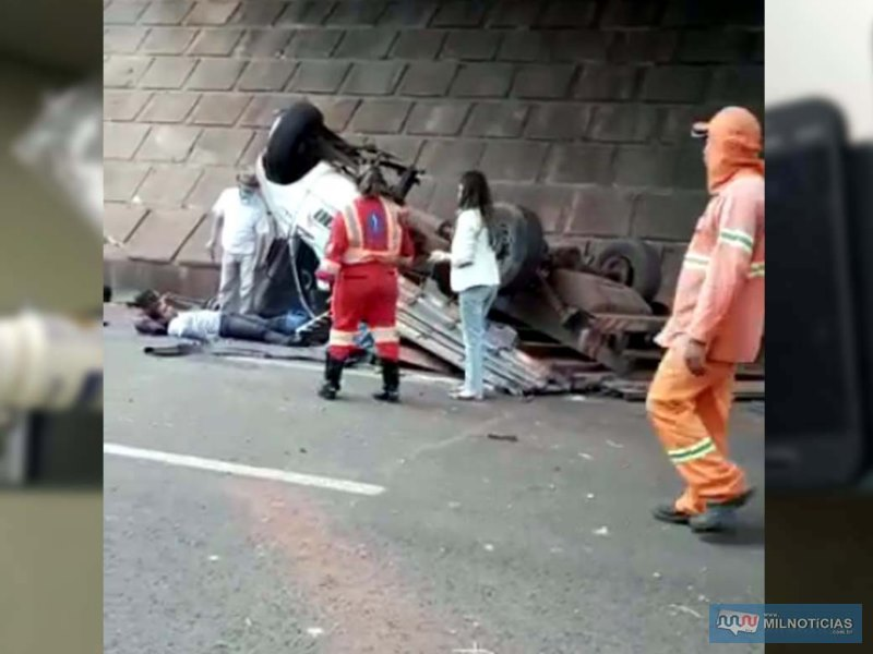 Motorista saiu sozinho da caminhonete e aguardou a chegada do resgate da concessionária da rodovia. Fotos: DIVULGAÇÃO